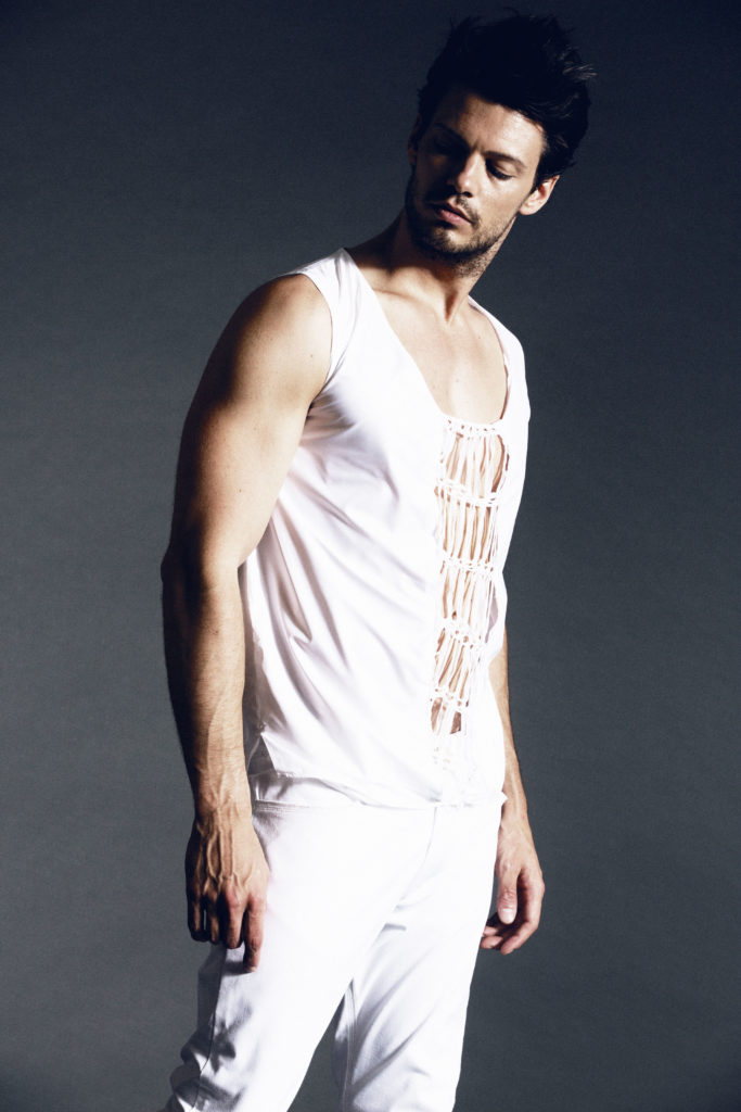 Marina_AYNURPEKTAS_Man_Hose_Shirt_weiss_Strick_web_2