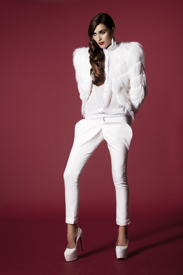 Unicorn_AYNURPEKTAS_Woman_Felljacke_weiss_Hose_weiss_Fashion_web4