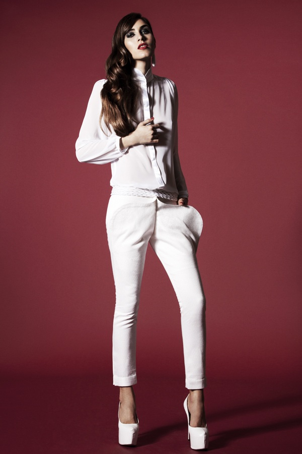 Unicorn_AYNURPEKTAS_Woman_Felljacke_weiss_Hose_weiss_Fashion_web_7
